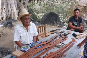 Don Claudio teaching leatherwork. Photo by Eduardo Boné